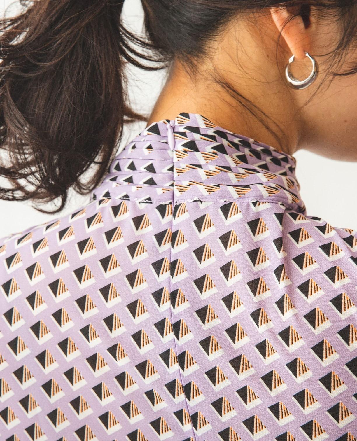 幾何ジョーゼットプリーツリボン襟ブラウス